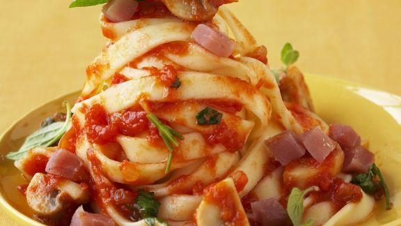 Rezept: Bandnudeln mit Tomatensauce und Schinkenwürfeln