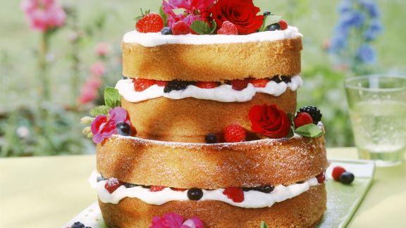 Rezept: Beeren-Biskuit-Torte mit Blüten