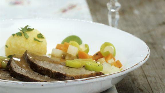 Rezept: Bierfleisch nach Kulmbacher-Art mit Gemüse und Kartoffelknödeln