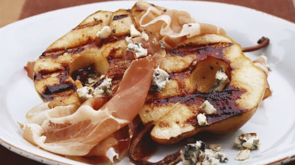 Rezept: Birne vom Grill mit Blauschimmelkäse und Schinken