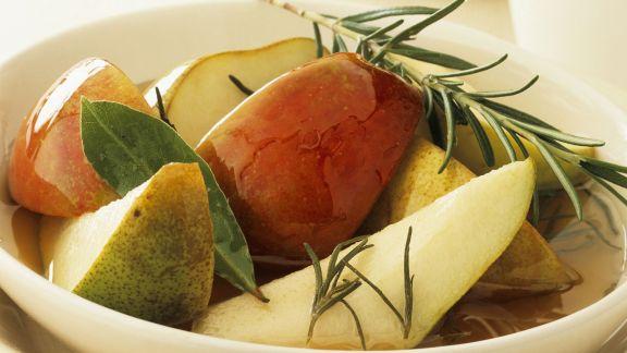 Rezept: Birnen-Apfel-Salat mit Rosmarinsirup