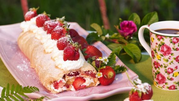 Rezept: Biskuitroulade mit Erdbeeren