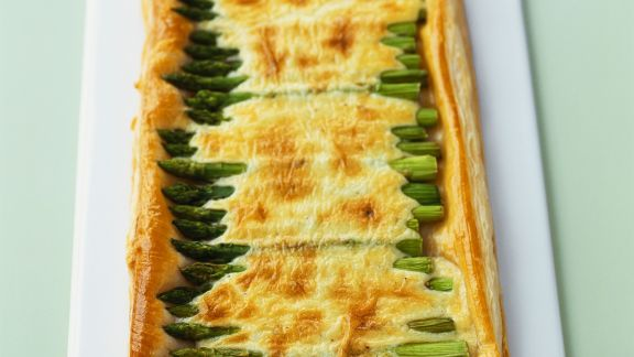 Rezept: Blätterteigkuchen mit grünem Spargel und Käse