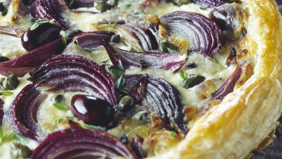 Rezept: Blätterteigkuchen mit Oliven und Zwiebeln