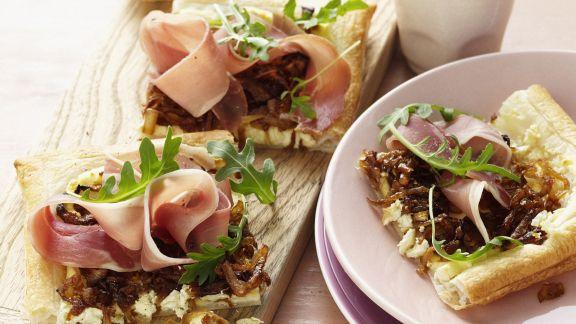 Rezept: Blätterteigkuchen mit Schinken, Zwiebeln und Schafskäse