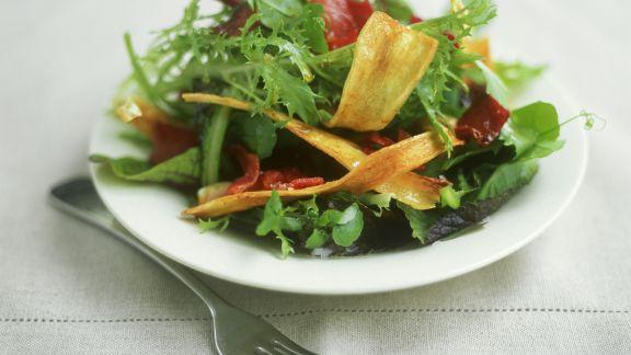 Rezept: Blattsalat mit Bacon mit Pastinakenchips