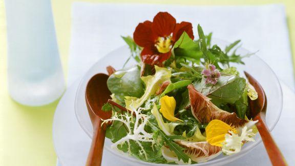 Rezept: Blattsalat mit Blüten