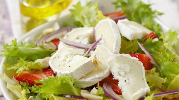 Rezept: Blattsalat mit Erdbeeren und Ziegenkäse