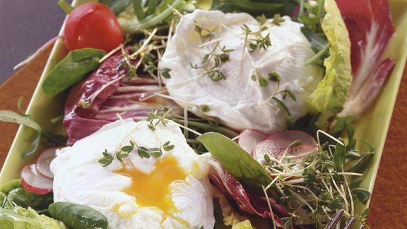Rezept: Blattsalat mit pochiertem Ei