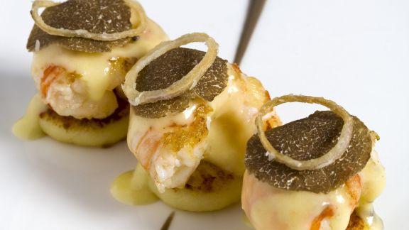 Rezept: Blinis mit Garnele, Parmesansoße und schwarzem Trüffel