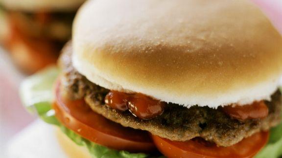 Rezept: Blitzhamburger mit Ketchup, Tomaten und Salatblatt