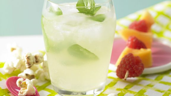 Rezept: Blubber-Bowle mit Fruchtspieß
