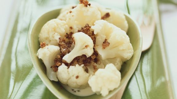 Rezept: Blumenkohl mit Brotbröseln und saurer Sahne