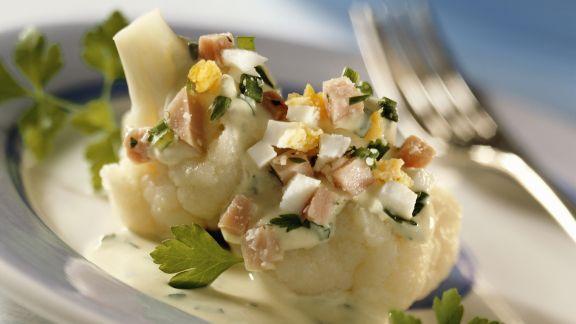 Rezept: Blumenkohl mit Schinken und Ei in Kräutersauce