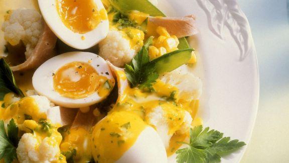Rezept: Blumenkohl und Zuckerschoten mit Kurkumasoße und Ei