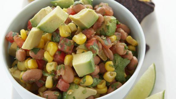 Rezept: Bohnen-Avocado-Salsa mit Mais dazu Tortillachips