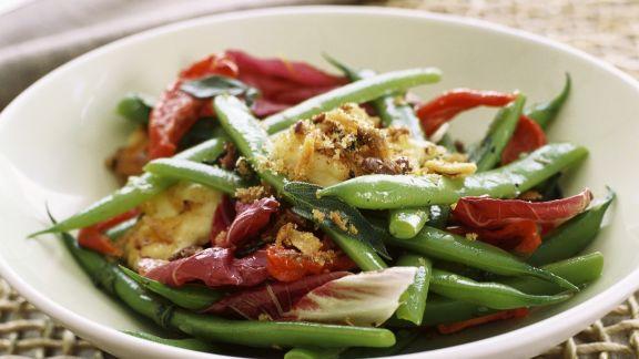 Rezept: Bohnensalat mit Radicchio, Grillkäse und Sardellen