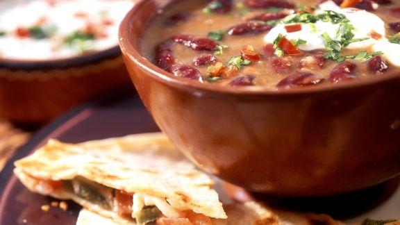 Rezept: Bohnensuppe mit Sauerrahm und Käse-Tortillas