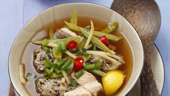 Rezept: Bouillon mit Lachs, Reisklößchen, Bambus und Gemüse