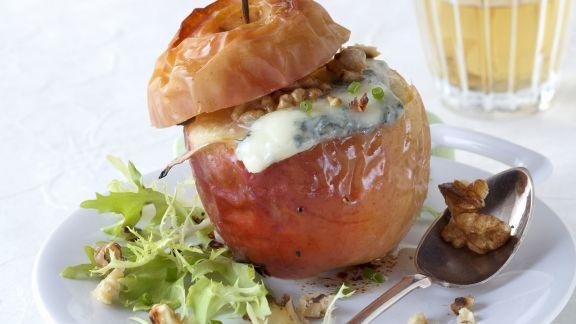 Rezept: Bratapfel mit Blauschimmelkäse und Nüssen