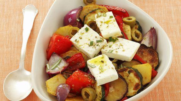 Rezept: Bratgemüse mit Schafskäse und Oliven