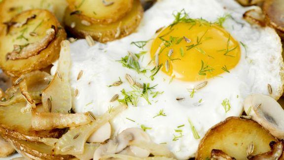 Rezept: Bratkartoffeln mit Champignons, Fenchel und Ei