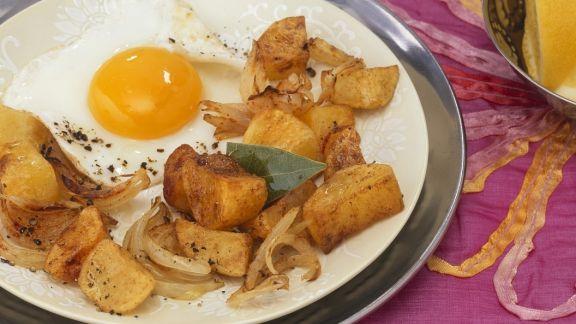 Rezept: Bratkartoffeln mit indischen Gewürzen und Spiegelei