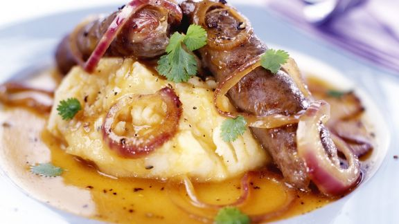 Rezept: Bratwürstchen mit Zwiebelringen und Kartoffelbrei