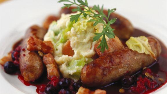 Rezept: Bratwurst mit Kartoffelbrei, Speck und Blaubeersoße