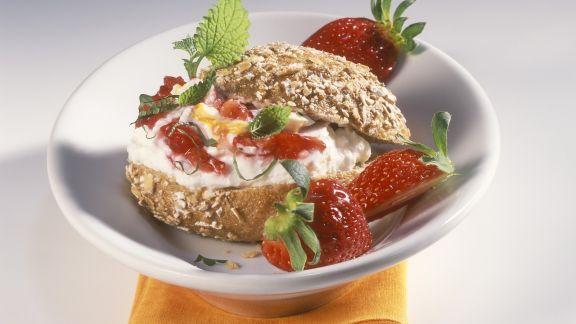 Rezept: Brötchen mit Sanddorn-Quark und Erdbeeren