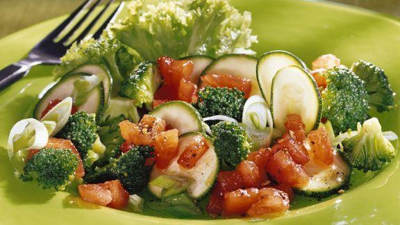 Rezept: Brokkolisalat mit Zucchini und Tomaten