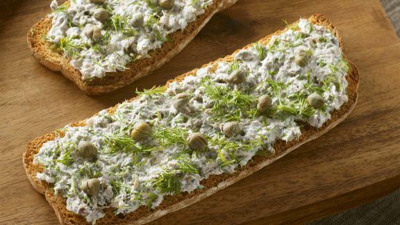 Rezept: Brot mit Frischkäse, Anchovis, Kapern und Dill