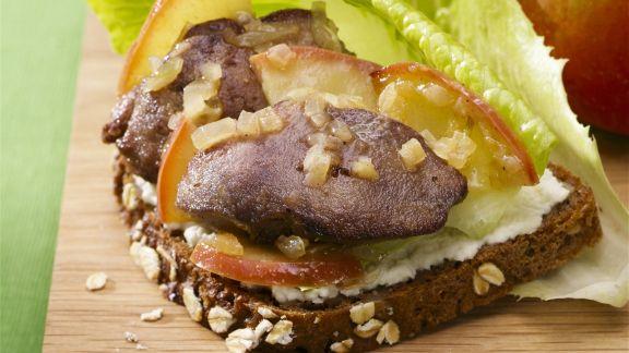 Rezept: Brot mit gebratener Leber und Apfel