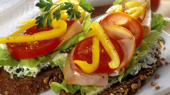 Rezept: Brot mit Käsecreme, Gemüse und Putenaufschnitt