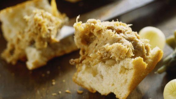 Rezept: Brot mit pikantem Aufstrich (Rilette)