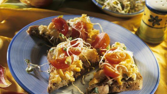 Rezept: Brot mit Rührei, Kirschtomaten und Rettichsprossen