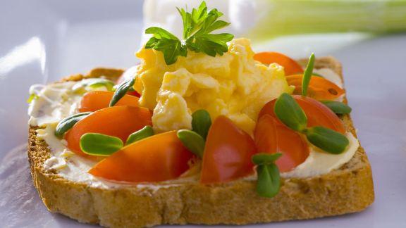 Rezept: Brot mit Rührei, Kräutern und Tomate