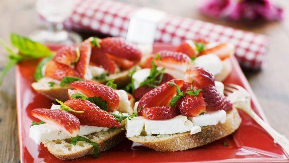 Rezept: Brot mit Schafskäse und Erdbeeren