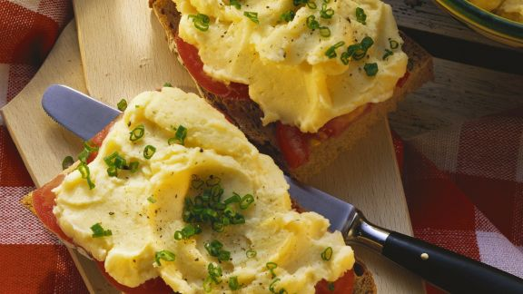 Rezept: Brot mit Tomaten und Kartoffelaufstrich (Erdäpfelkäs)