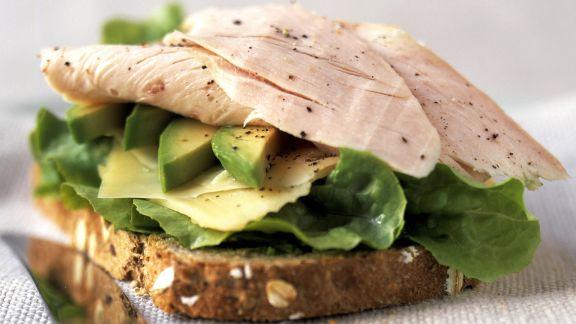 Rezept: Brot mit Truthahnaufschnitt, Avocado und Käse