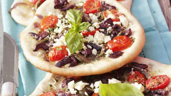 Rezept: Brotfladen mit Gemüse, Sardellen und Schafskäse