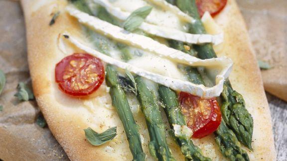 Rezept: Brotfladen mit grünem Spargel, Cherrytomaten und Brie