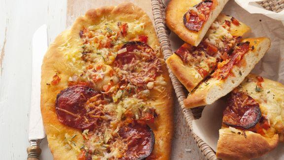 Rezept: Brotfladen mit Paprikawurst (Focaccia al salame)
