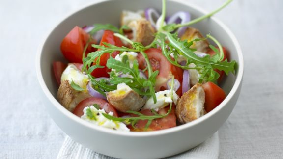 Rezept: Brotsalat mit Tomaten und Rauke
