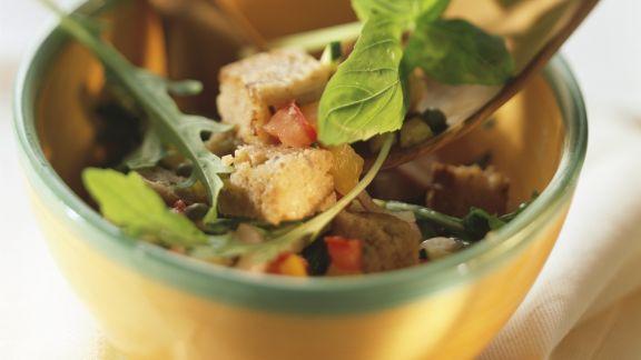 Rezept: Brotsalat mit verschiedenem Gemüse und Basilikum