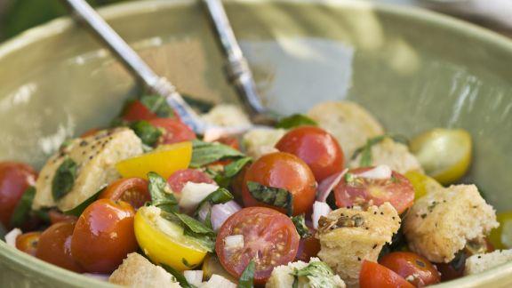 Rezept: Brotsalat mit Zwiebeln, Tomaten und Basilikum (Panzanella)
