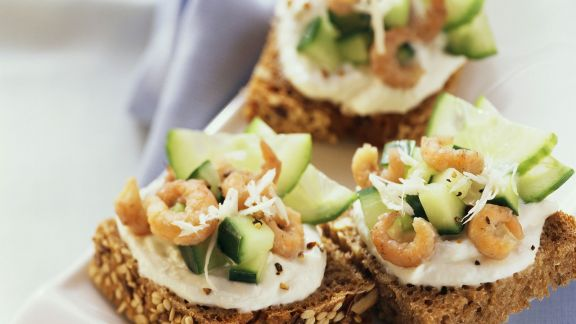 Rezept: Brotschnittchen mit Gurken und Krabben