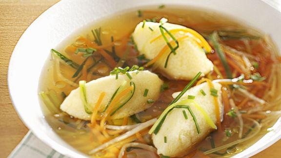 Rezept: Brühe mit Grießnockerl und Gemüsejulienne