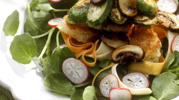 Rezept: Brunnenkressesalat mit gebratenen Pilzen und Zucchini