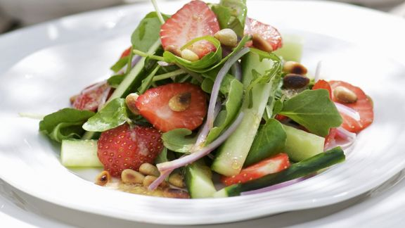 brunnenkressesalat mit gurke erdbeeren und honig senf vinaigrette rezept eat smarter. Black Bedroom Furniture Sets. Home Design Ideas